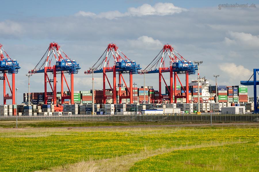 Containerschiff SEASPAN ELBE (L 337 m) ex Hanjin Bosal am JadeWeserPort in Wilhelmshaven