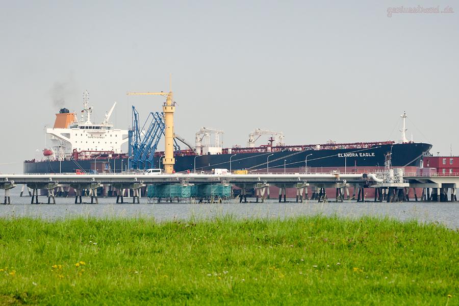 WILHELMSHAVEN: Tanker ELANDRA EAGLE (L 277 m) an der Löschbrücke der Nord-West Oelleitung GmbH