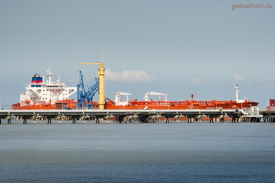 Schiffsankünfte Wilhelmshaven: Tanker AEGEAN DREAM (L 274 m) an der NWO-Brücke