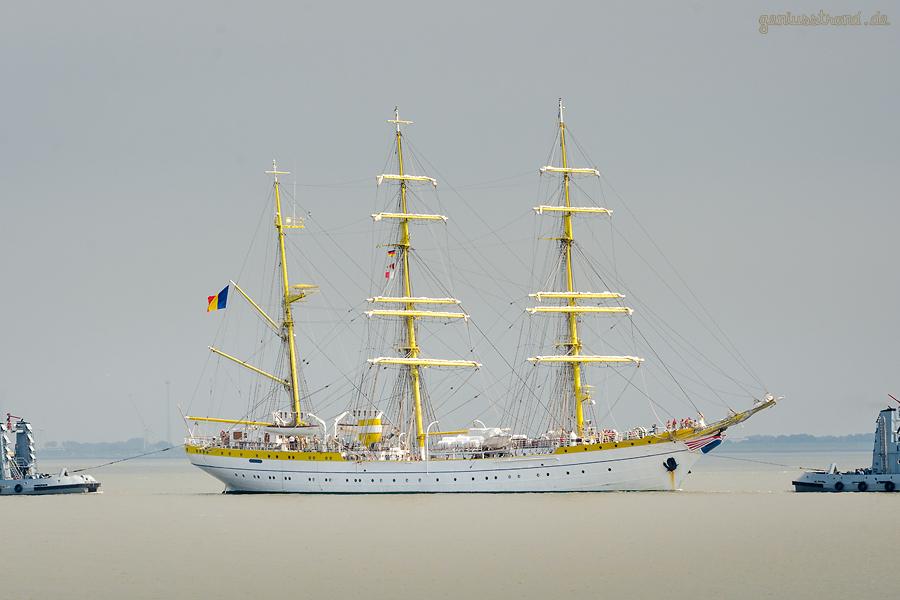 WILHELMSHAVEN: Segelschulschiff MIRCEA (L 82 m) auf dem Weg zur Seeschleuse im Neuen Vorhafen