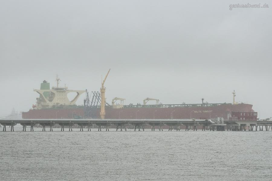 WILHELMSHAVEN ÖLHAFEN: Supertanker BALTIC SUNRISE (L 333 m) und die Fregatte SACHSEN (F 219)