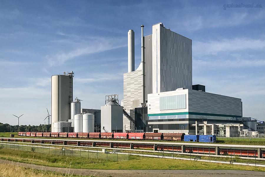 WILHELMSHAVEN: Am Kohlekraftwerk ENGIE wird ein Kohlezug per Waggonbeladeanlage beladen