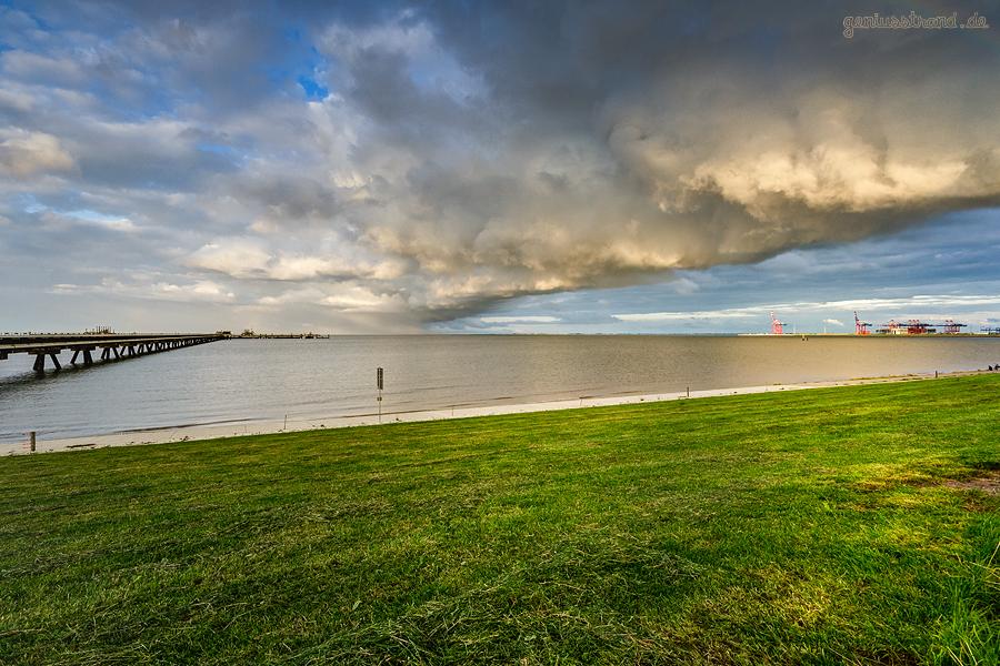WILHELMSHAVEN: Ein dickes Wolkenband zieht über den Voslapper Groden-Nord auf die Jade
