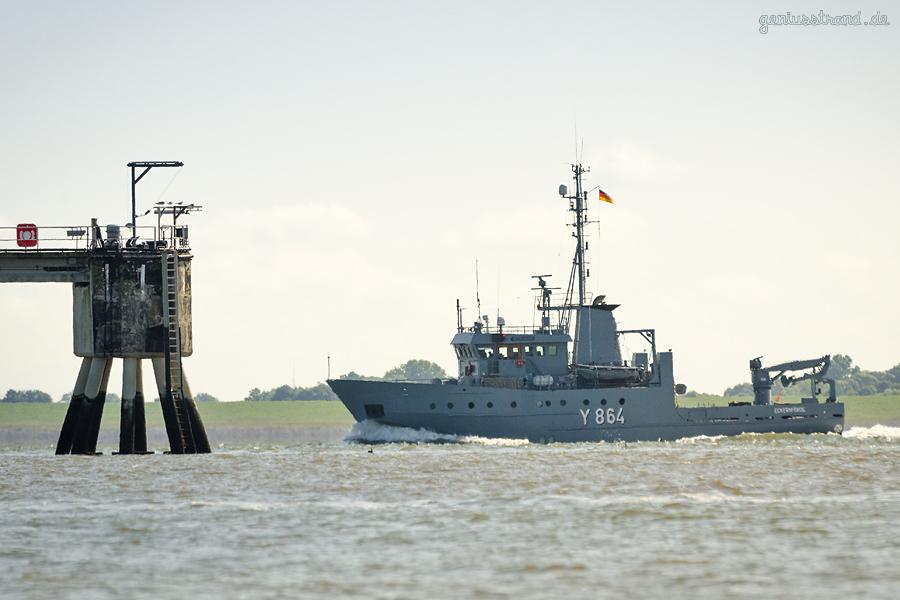 Schiffbilder Wilhelmshaven: Mehrzweckboot MITTELGRUND (Y 864) der Marine, auslaufend
