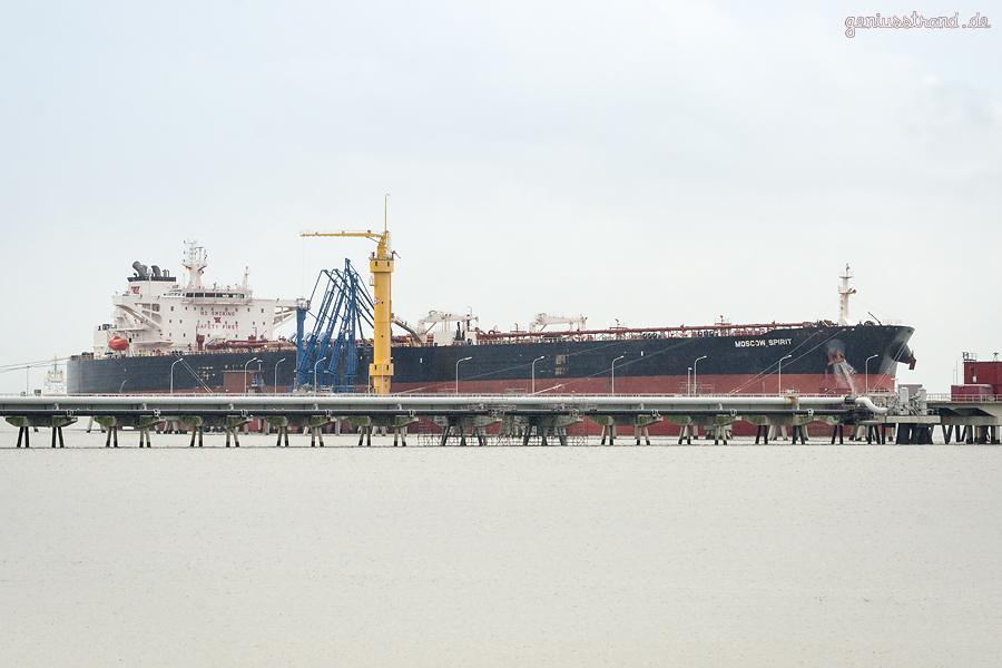 WILHELMSHAVEN: Tanker MOSCOW SPIRIT (L 275 m) löscht über 130.000 t Öl an der NWO-Brücke