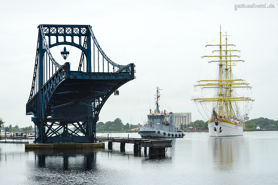 WILHELMSHAVEN: Segelschulschiff MIRCEA (L 82 m) legt vom Bontekai ab