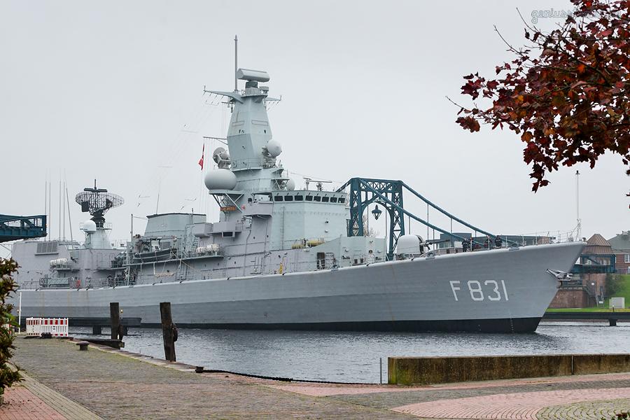 WILHELMSHAVEN: Fregatte HNLMS VAN AMSTEL (F 831) entmagnetisiert im Großen Hafen