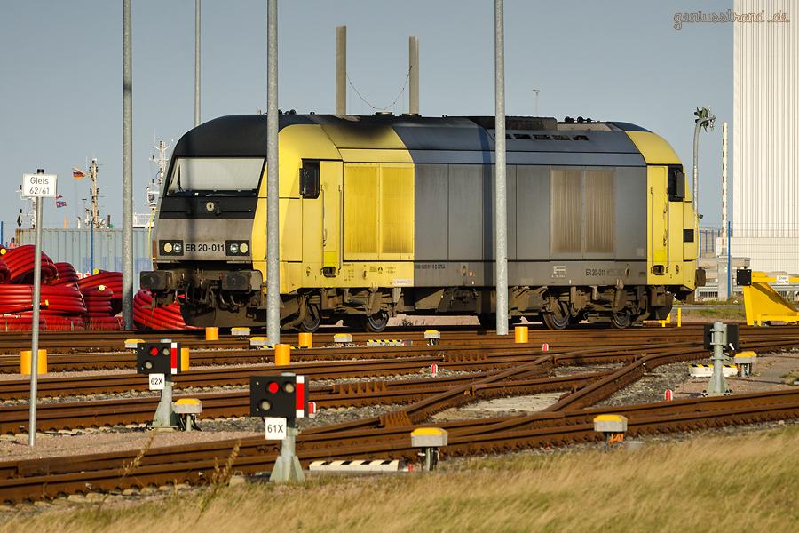 Bahnhof JadeWeserPort: Diesellok (223 011-8) der Beacon Rail Leasing Limited auf der Vorstellgruppe