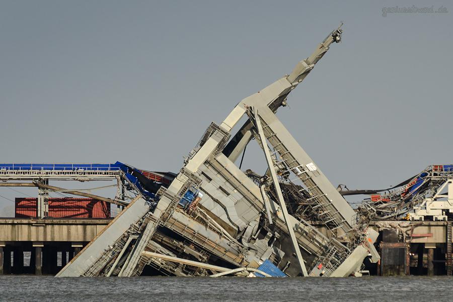 WILHELMSHAVEN UNFALL: Kran auf der Niedersachsenbrücke bei starkem Sturm in die Jade gekippt