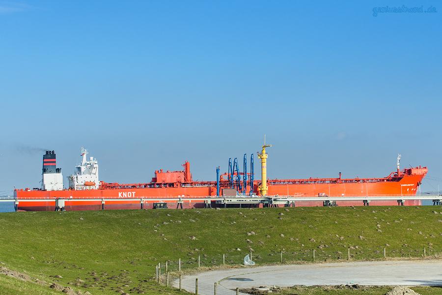 ÖLHAFEN WILHELMSHAVEN: Tanker KAREN KNUTSEN (L 274 m) am Anleger Nr. 4 der NWO-Löschbrücke