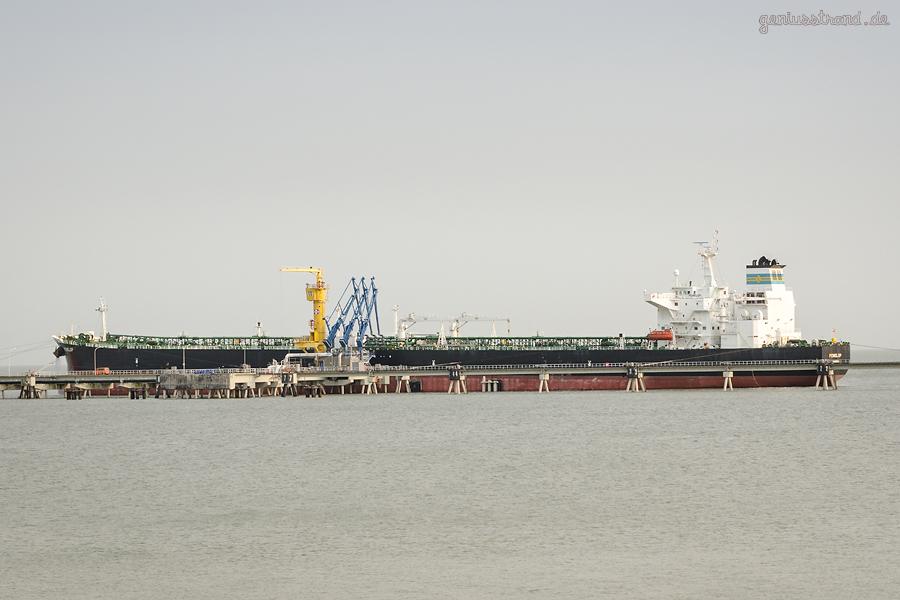Wilhelmshaven Ölhafen: Tanker PENELOP (L 254 m) am Löschkopf Nr. 1