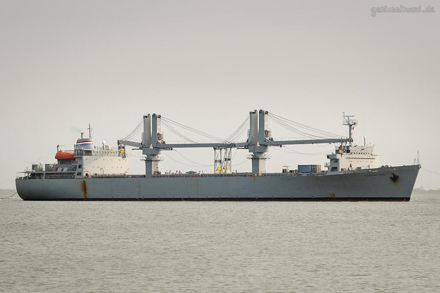 WILHELMSHAVEN U. S. NAVY: Containerschiff FLICKERTAIL STATE (T-ACS-5) steuert die 4. Einfahrt an