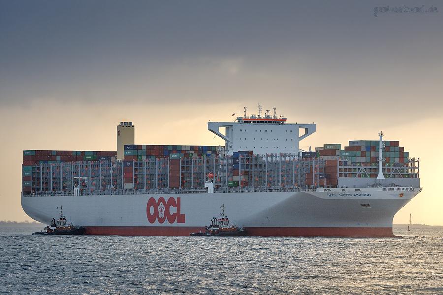 JADEWESERPORT: Schiffsneubau OOCL UNITED KINGDOM (L 400 m) befindet sich auf Jungfernfahrt