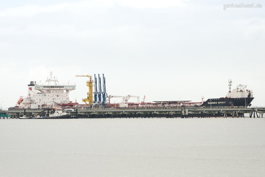 ÖLHAFEN WILHELMSHAVEN: Tanker NANSEN SPIRIT (L 249 m) an der Tankerlöschbrücke