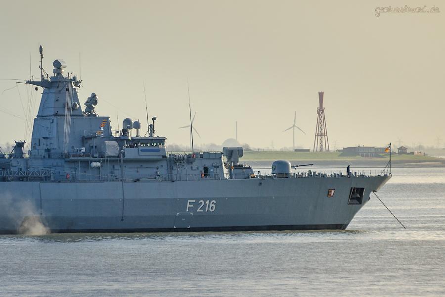 Die Fregatte SCHLESWIG-HOLSTEIN (F 216) liegt vor Wilhelmshaven auf Reede