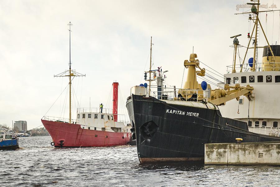 WILHELMSHAVEN: Feuerschiff WESER wird zum Winterliegeplatz in den Handelshafen geschleppt