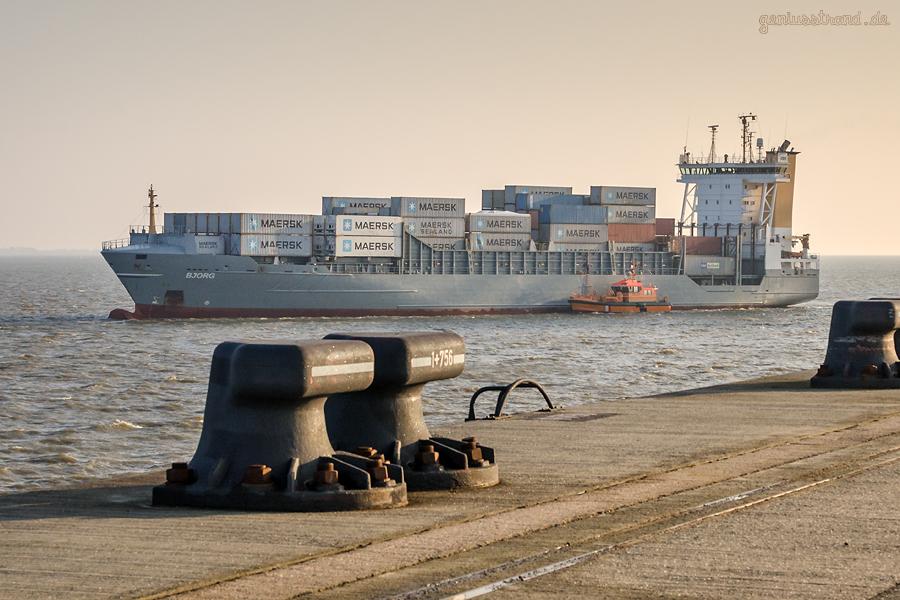 Container-Terminal-Wilhelmshaven (CTW): Feeder BJORG (L 134 m) bei der Abfahrt