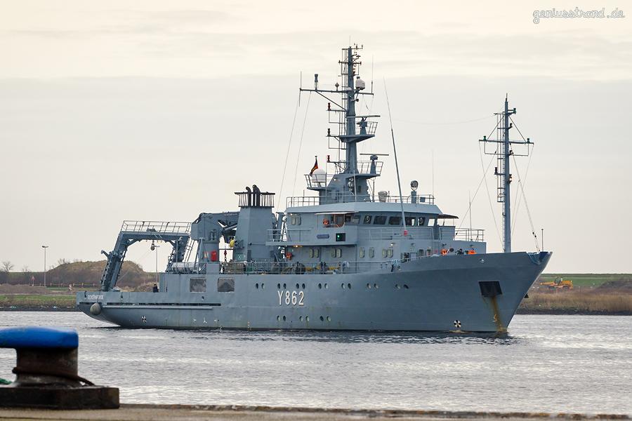 WILHELMSHAVEN: Mehrzweckerprobungsboot HELMSAND (Y 862) auf dem Weg zum Bauhafen