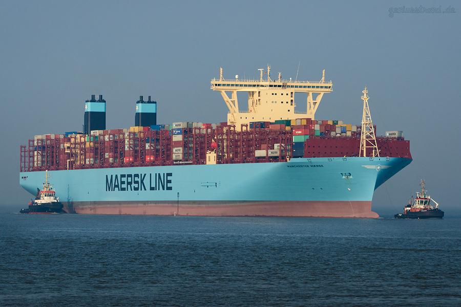 Containerhafen JadeWeserPort: Containerschiff MANCHESTER MAERSK (L 399 m)