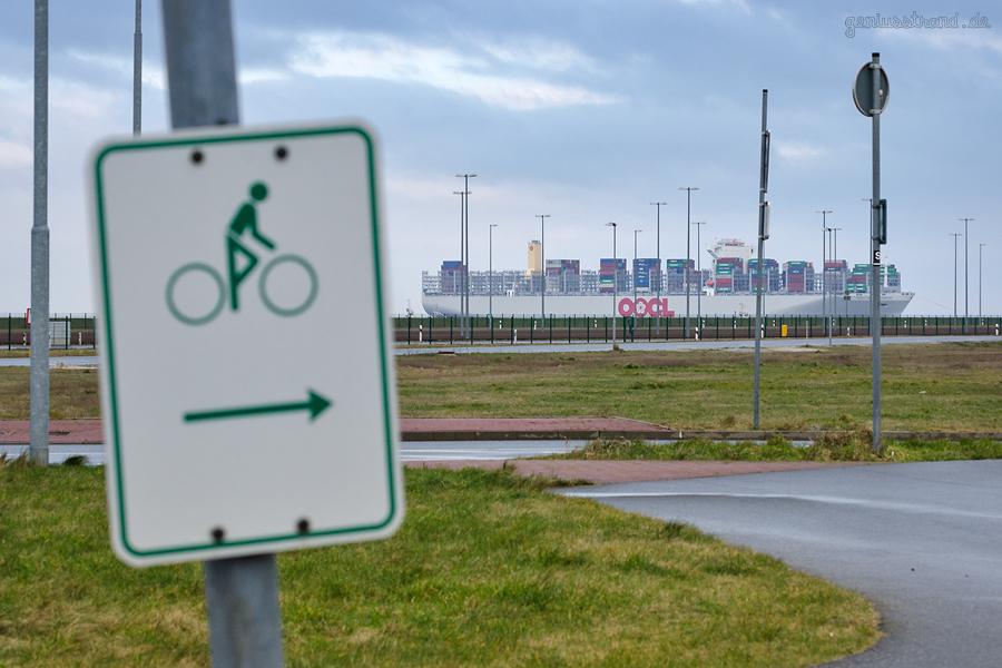 Fahrradweg am JadeWeserPort: Containerschiff OOCL UNITED KINGDOM (L 400 m) einlaufend