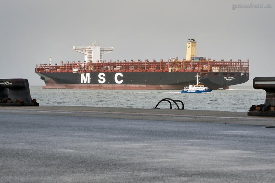 JadeWeserPort Wilhelmshaven: Containerschiff MSC VIVIANA (L 400 m) auslaufend