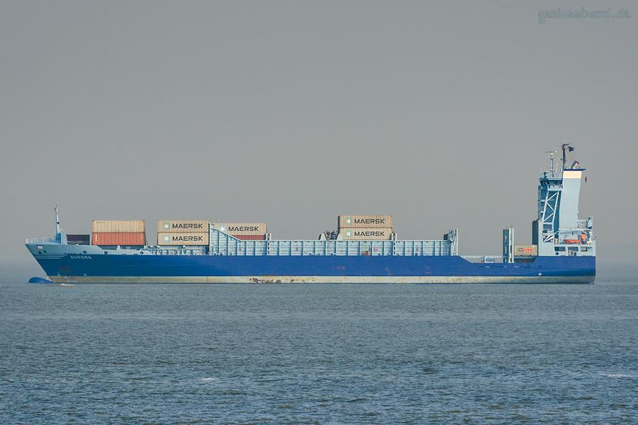 Containerterminal Wilhelmhaven: Feederschiff AURORA (L 134 m) liegt auf Reede Voslapp
