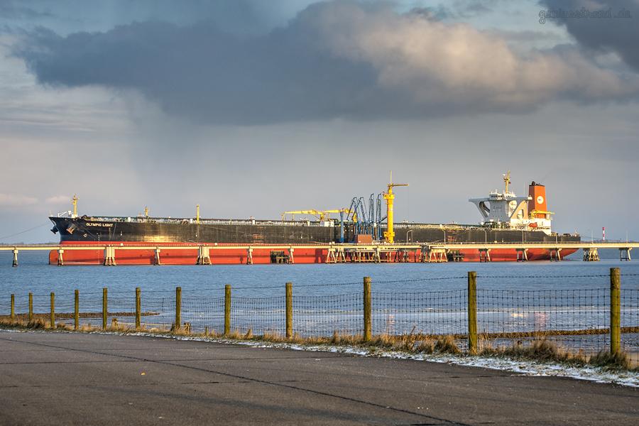 WILHELMSHAVEN ÖLHAFEN: Supertanker OLYMPIC LIGHT (L 333 m) an der NWO-Löschbrücke
