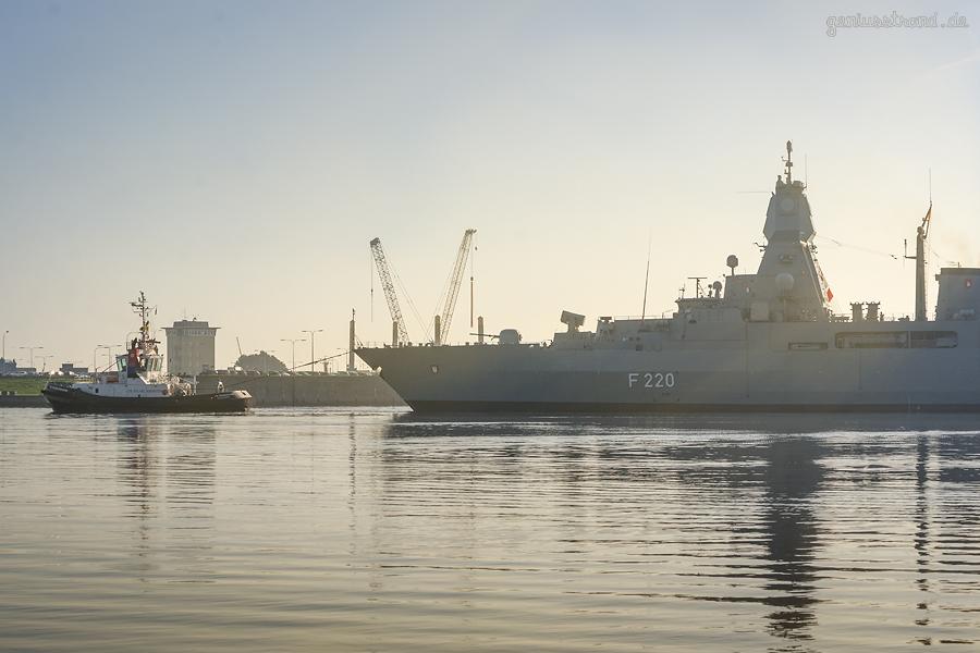 WILHELMSHAVEN NORDHAFEN: Fregatte HAMBURG (F 220) kompensiert im Innenhafen
