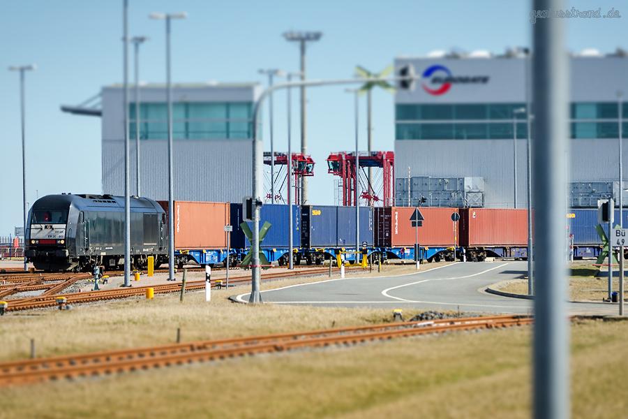 Containerterminal Wilhelmshaven (CTW): Containerzug wird zur KV-Anlage ins Containerterminal gefahren