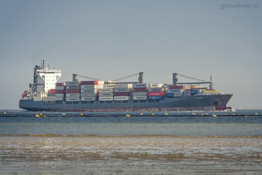 Schiffsankünfte JadeWeserPort: Containerschiff VIONA (L 179 m) einlaufend