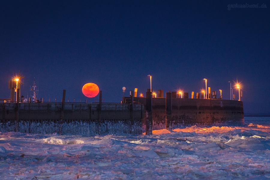 MONDAUFGANG WILHELMSHAVEN: Den Mond vom Südstrand/Alter Vorhafen aus betrachtet