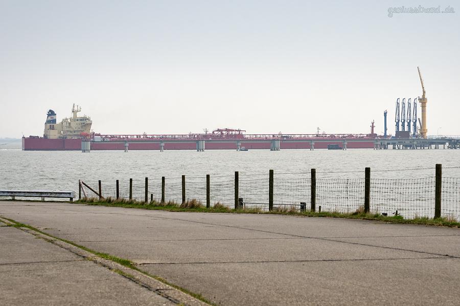 Tanker NS BURGAS (L 274 m) wird an die NWO-Löschbrücke bugsiert