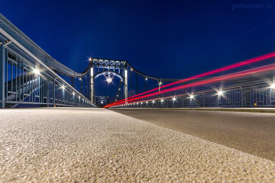 WILHELMSHAVEN BEI NACHT: Die Kaiser-Wilhelm-Brücke an einem eisigen Abend