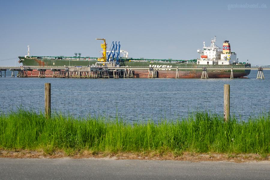 Ölhafen Wilhelmshaven: Tanker TROVIKEN (L 250 m) am Löschkopf Nr. 1 der NWO-Löschbrücke