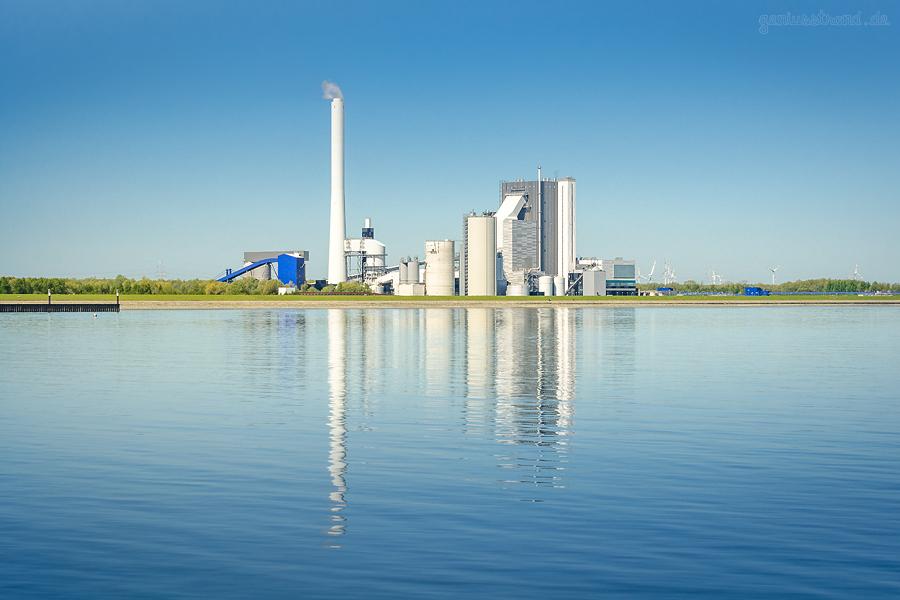 RÜSTERSIELER GRODEN: Wilhelmshavener ENGIE Kraftwerk von Seeseite betrachtet