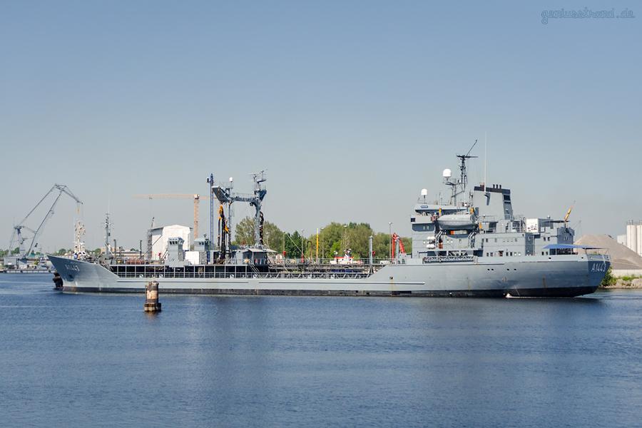 MARINE WILHELMSHAVEN: Tanker RHÖN (A 1443) wird ins Marinearsenal verlegt