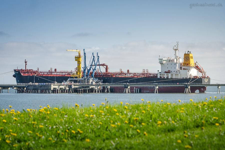 WILHELMSHAVEN ÖLHAFEN: Tanker BALTIC FROST (L 182 m) an der NWO-Tankerlöschbrücke