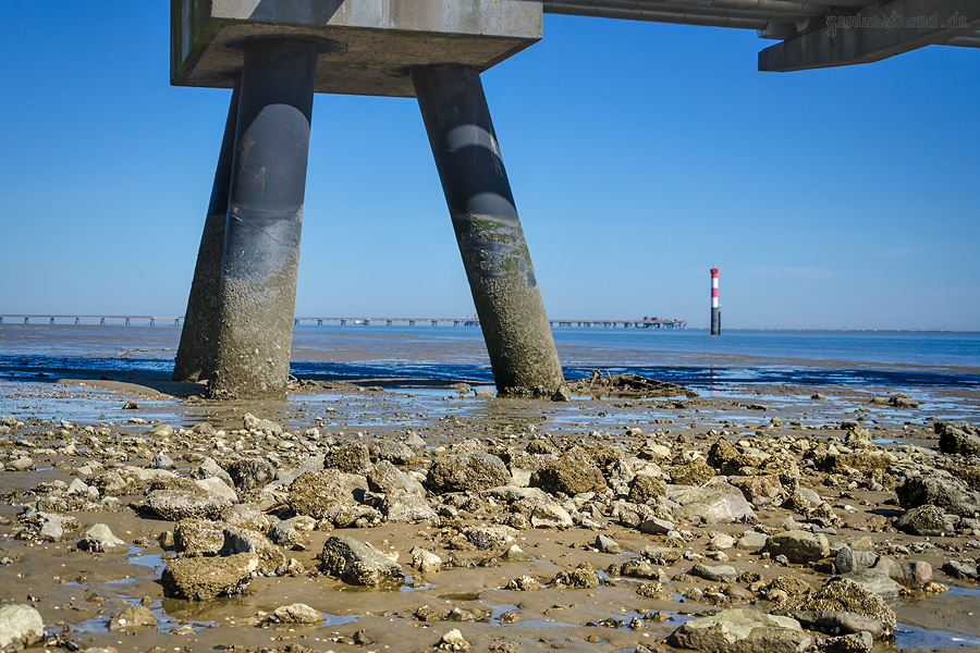 WILHELMSHAVEN: WRG-Brücke und Unterfeuer Voslapp bei Ebbe fotografiert