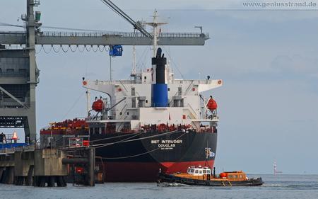 Hintergrundbild - Frachtschiff Bet Intruder und Hafenbarkasse Seewolf