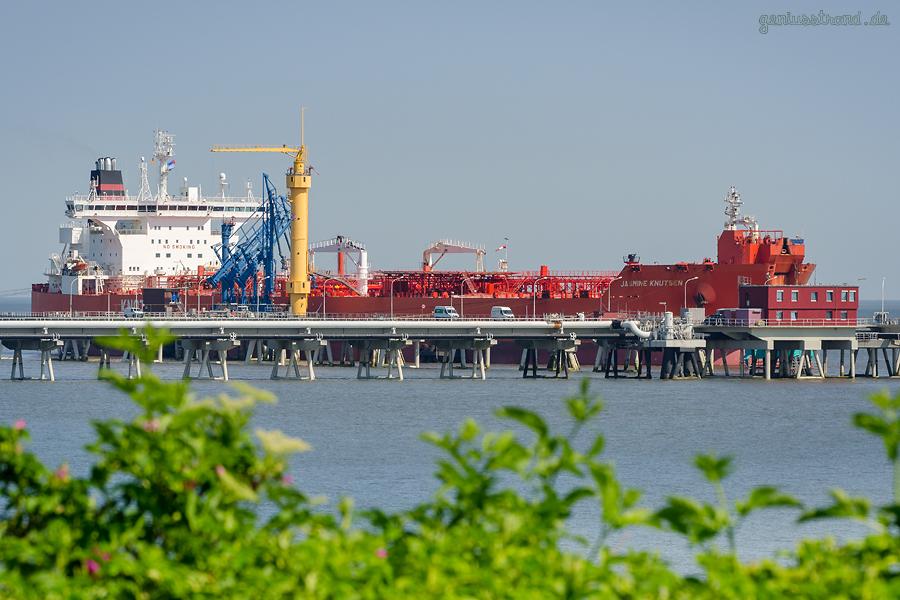ÖLHAFEN WILHELMSHAVEN: Tanker JASMINE KNUTSEN (L 277 m) am Anleger Nr. 4