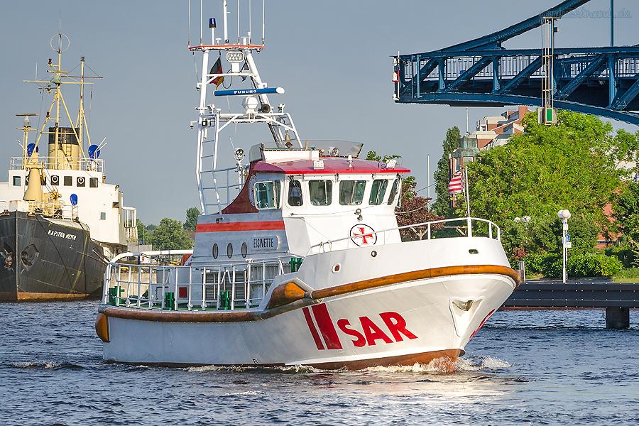 SAREX 2018 WILHELMSHAVEN: Seenotrettungskreuzer EISWETTE (L 20 m) fährt durch die K.-W.-Brücke