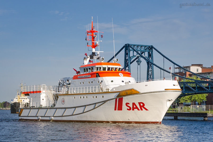WILHELMSHAVEN SAREX 2018: Seenotrettungskreuzer HERMANN MARWEDE fährt durch die K.-W.-Brücke
