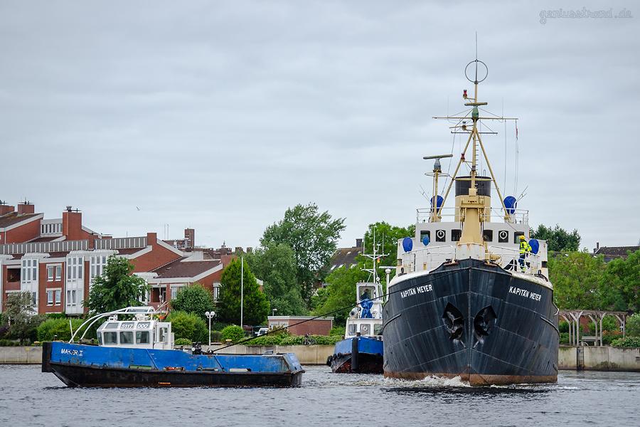 WILHELMSHAVEN: Tonnenleger KAPITÄN MEYER (L 52 m) verlässt seinen langjährigen Liegeplatz