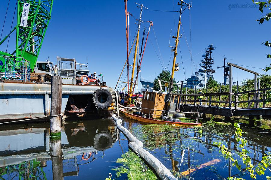 WILHELMSHAVEN: Fischkutter FALKE (HOR 1) wird vom Jade-Dienst Schwimmkran HIEV geborgen