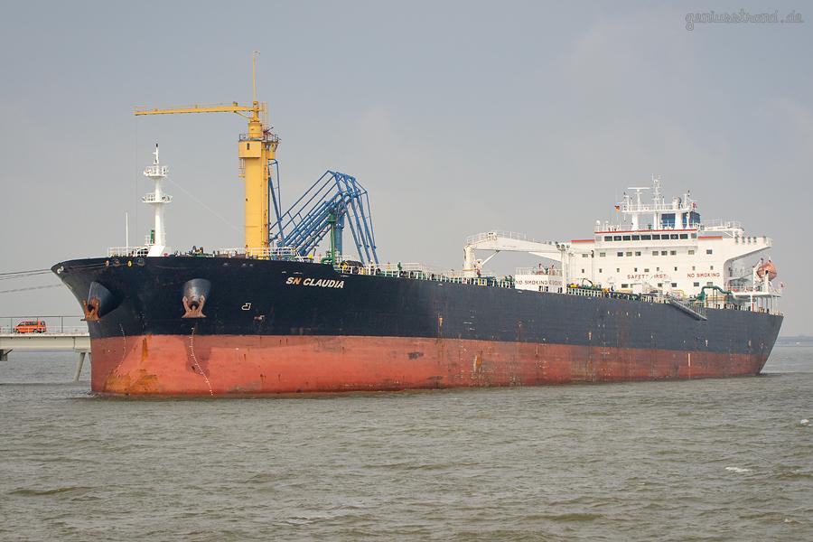 Ölhafen Wilhelmshaven: Tanker SN CLAUDIA (L 243 m) am Anleger Nr. 4 der NWO