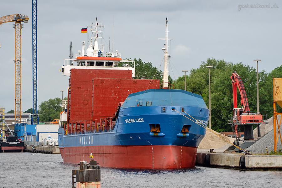 WILHELMSHAVEN INNENHAFEN: Stückgutfrachter WILSON CAEN (L 100 m) liegt am RoVa-Kai