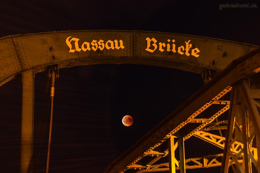 WILHELMSHAVEN NASSAUHAFEN: Mondfinsternis 2018 mit der Nassau Brücke im Bilde