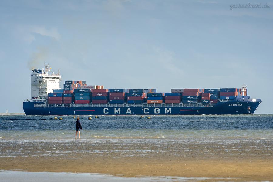 JADEWESERPORT SCHIFFSANKUNFT: Containerschiff CMA CGM NEVA (L 195 m) einlaufend