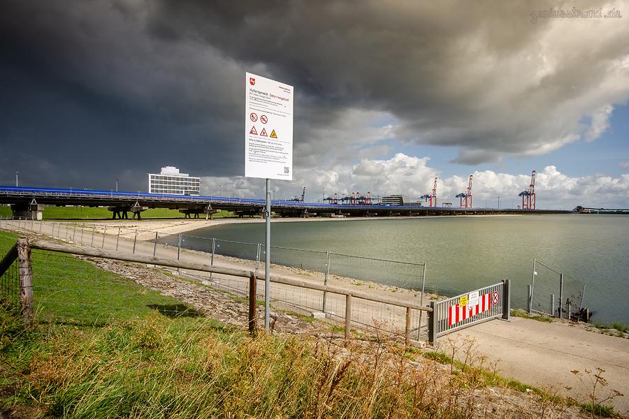 WETTERBILD: Dunkle Wolken über dem Container Terminal Wilhelmshaven (CTW)