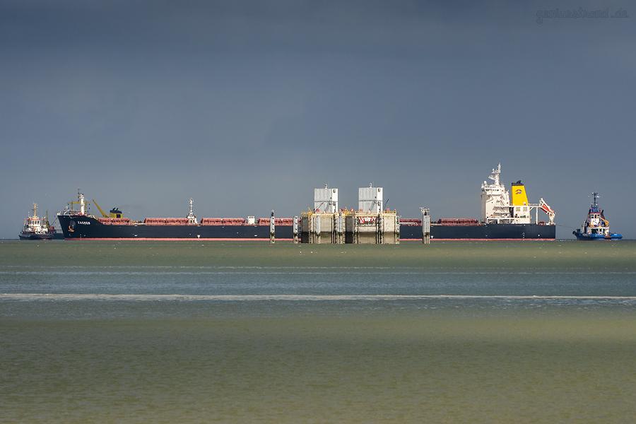 Bulk Carrier ZAGREB (L 229 m) wird an den Bulk Terminal Wilhelmshaven (BTW) bugsiert
